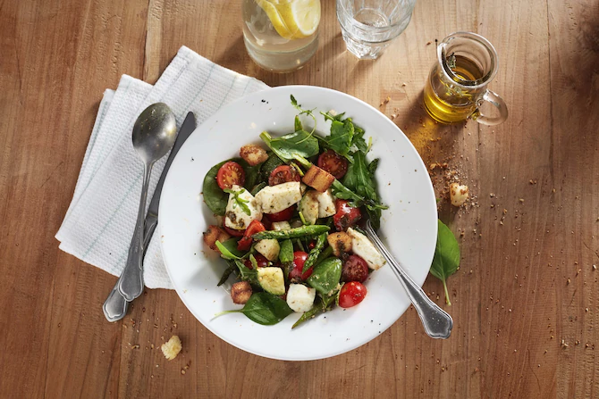 Средиземноморский салат с моцареллой
