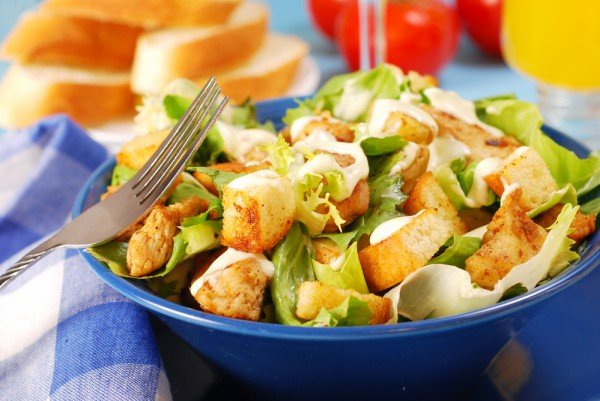 Салат с жареной курицей и гренками