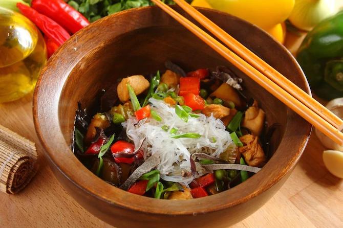 Азиатский овощной суп с куриной грудкой