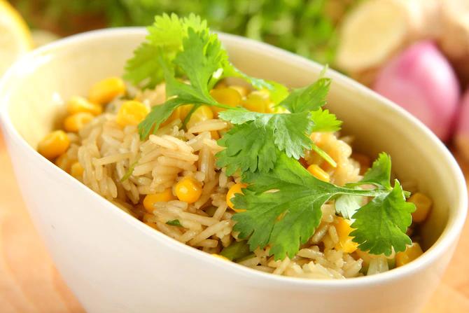 Китайский рис с кукурузой и кориандром