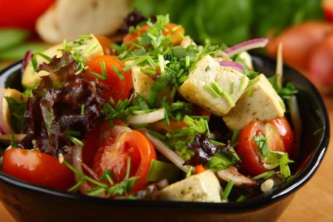 Салат с маринованным тофу