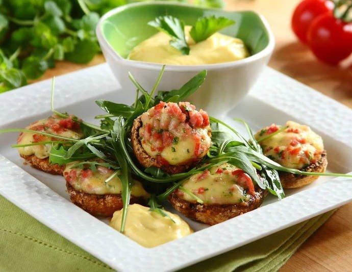 Фаршированные грибы с соусом из сыра