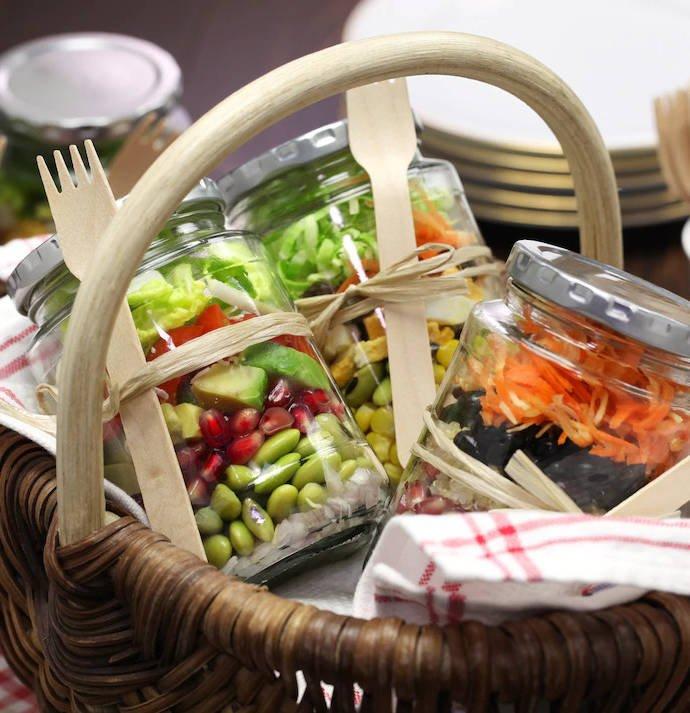 Закуски для пикника, заготовленные в банке