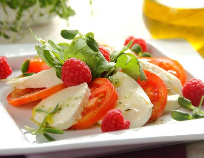 Итальянский салат с малиной
