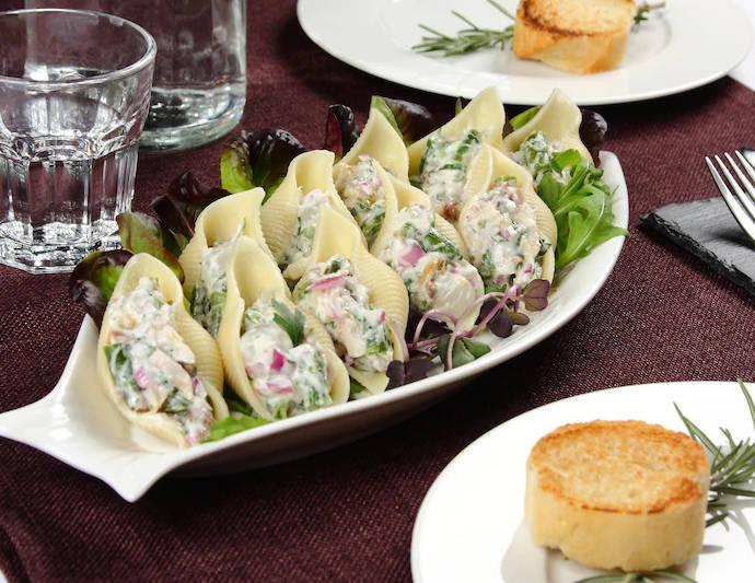 Ракушки из макарон с салатом из скумбрии на рукколе