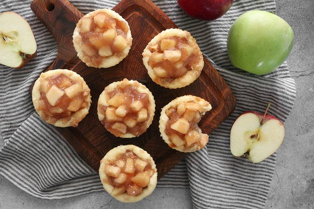 Рецепт яблочных мини-чизкейков с карамелью