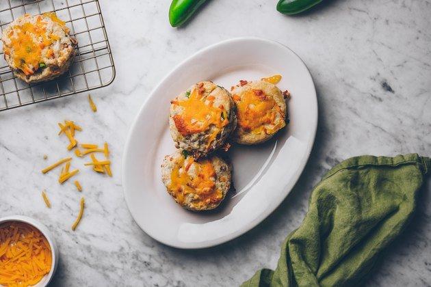 Рецепт печенья для завтрака с беконом, сыром и перцем