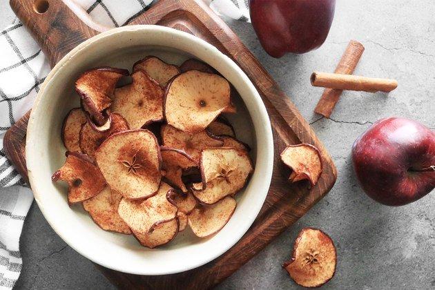 Рецепт запеченных яблочных чипсов с корицей