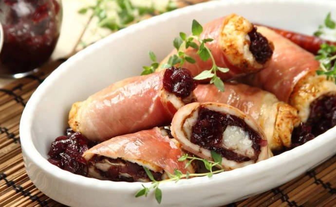 Курица с козьим сыром и карамелизированным красным луком