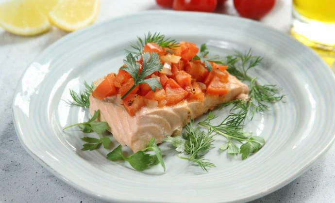 Лосось на пару с томатной сальсой