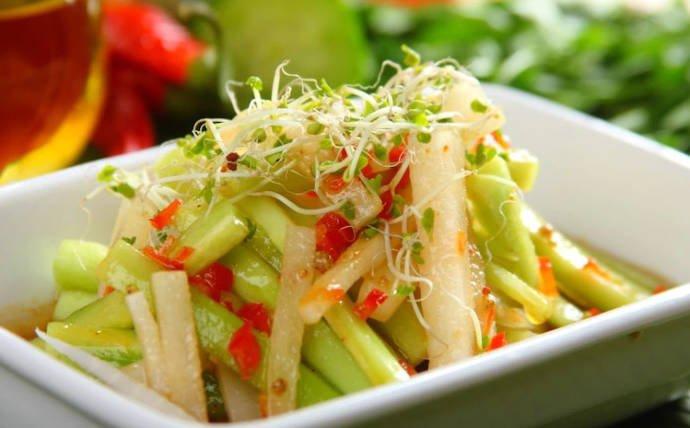 Салат из огурцов и белой редьки
