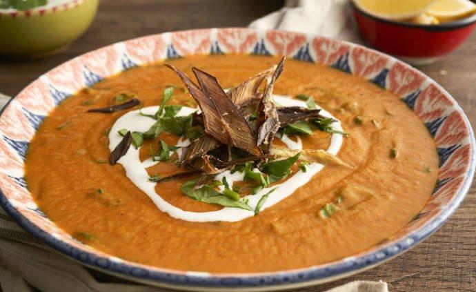 Суп из сладкого картофеля с орехами и шпинатом